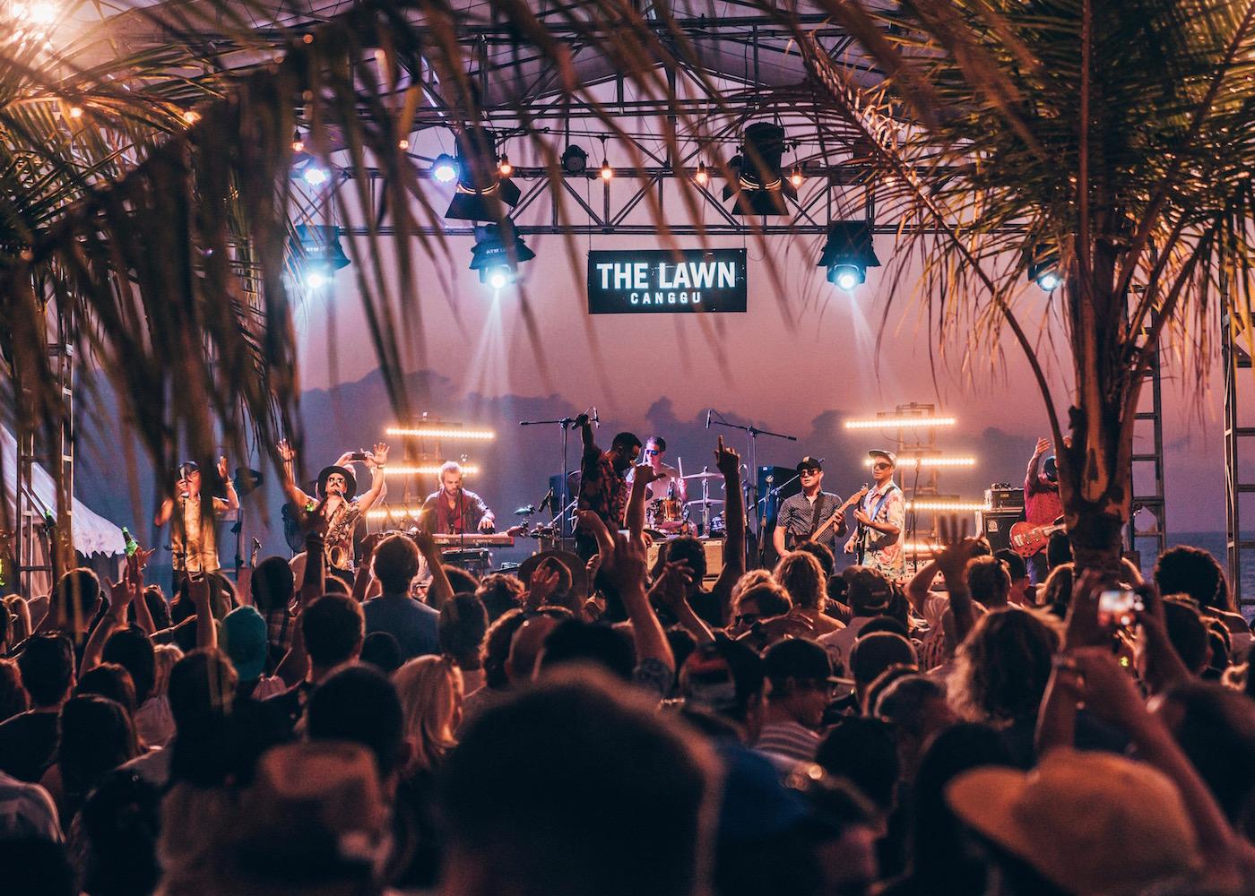 Menikmati Makanan Pinggir Pantai di The Lawn Beach Club Canggu