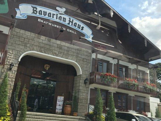 Menikmati Makanan Jerman Dengan Permandangan Indah Di Bavarian Haus Bratwust Puncak