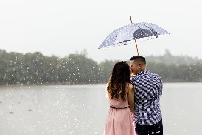 Menikmati Hari Bersama Pasangan Saat Hujan Deras