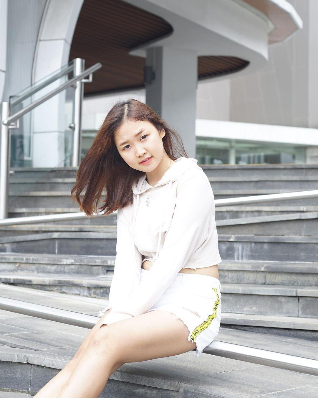 Potret Menarik Sella Monica, Model Muda Berwajah Imut