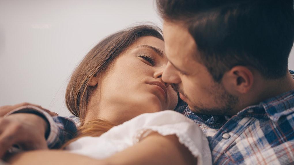 Wanita Menutup Mata Saat Berciuman, Inilah Alasannya