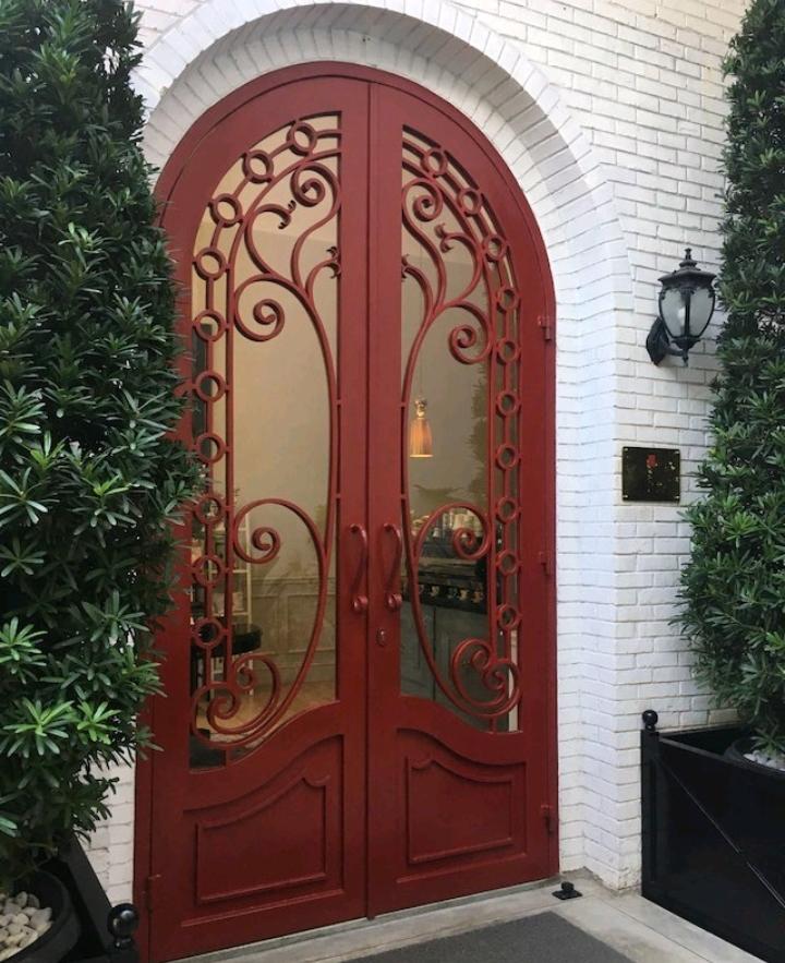 Red Door Koffie House & Bistro, Cafe Bernuansa Alice's in Wonderland