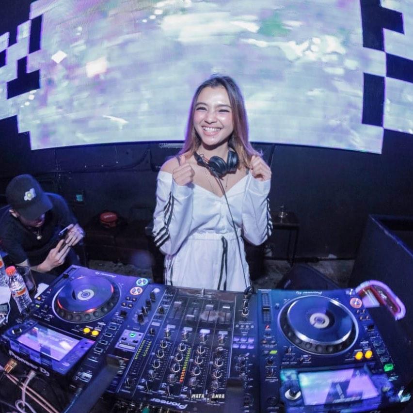 Pesona Kecantikan DJ Sarah Ketaren yang Menggoda