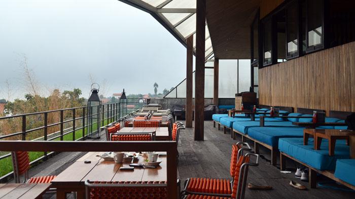 Maja House, Sensasi Ngebir Sambil Melihat Kota Bandung Dari Atas