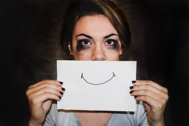 Pura-pura Bahagia Bersama Pasangan Jauh Lebih Buruk Dibandingkan Jomblo