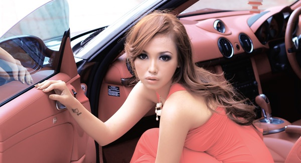 Model Cantik Raina yang Terobsesi Mobil Sport
