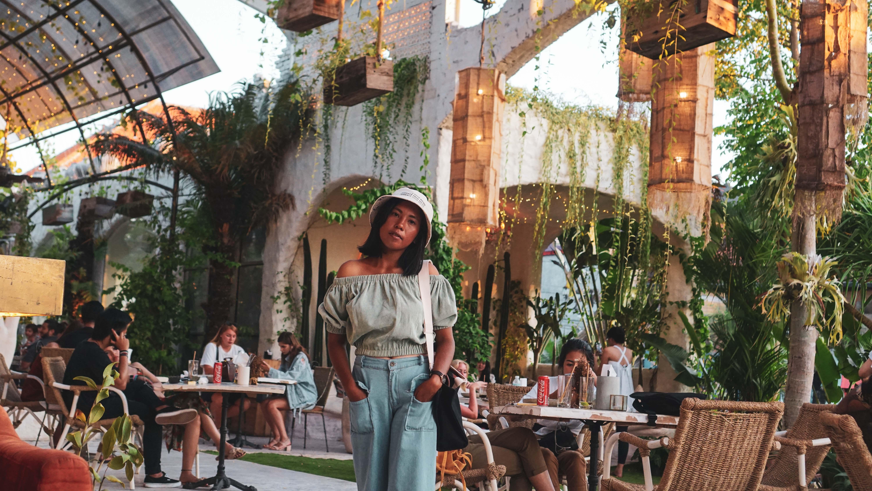 Bersantai di Cafe Penny Lane dengan Desain Instagramable Bernuansa Romawi