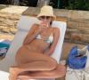 Potret Modis Supermodel Kendall Jenner Ketika Berjemur di Pantai