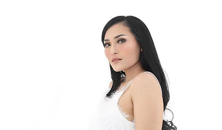 Female DJ Trance Resty Dhininta