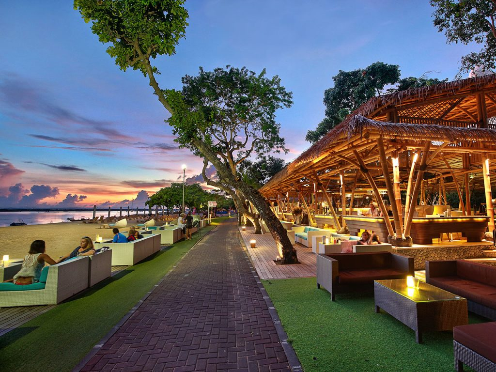 The Bamboo Bar and Lounge, Bar Unik di Pantai Sanur