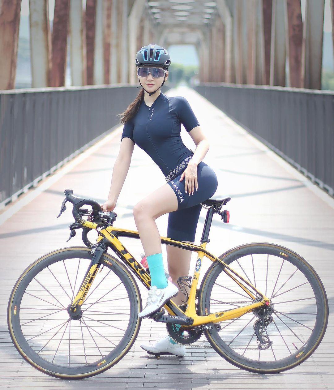 Kayla Juna, Model Seksi Asal Kanada yang Hobi Bersepeda